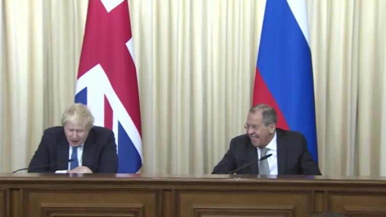 """Lawrow grillt britischen Außenminister, bis der stottert: """"Sie haben sich das alles nur ausgedacht"""""""