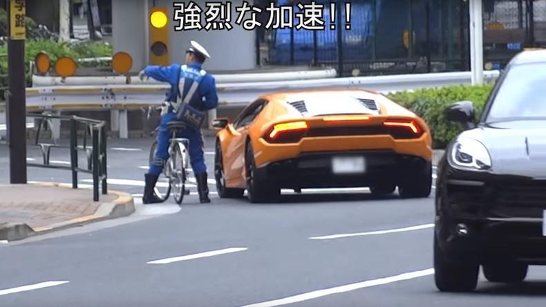 Engagierter japanischer Polizist holt Lamborghini mit Fahrrad ein – wegen falschen Abbiegens