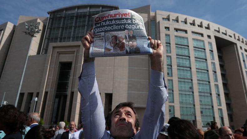 Vier Mitarbeiter regierungskritischer Zeitung Cumhuriyet bleiben bis März in Untersuchungshaft
