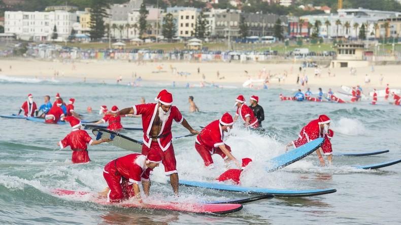 Wellenreitende Weihnachtsmänner: Fast 1.000 Menschen surfen in Florida