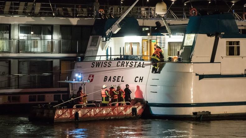 Hotelschiff prallt auf Rhein gegen Brücke