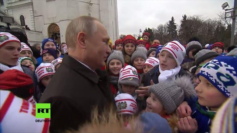 """""""Im Fernsehen sehen Sie größer aus"""" – Kind überrascht Putin bei Neujahrsveranstaltung im Kreml"""