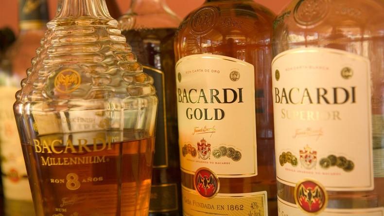 Zum Andenken an Opfer eines toxischen Rums trinken Dominikaner dasselbe Getränk – 12 Tote