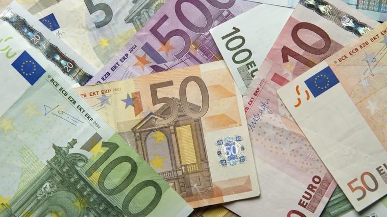 Geldregen: Tausende Euro fliegen vom Autodach