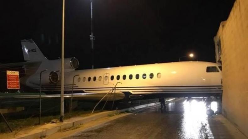 Wind bläst Privatjet von Flughafen in Malta