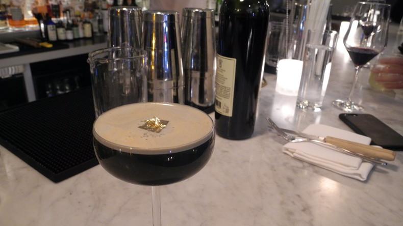 New Yorker Drink zu Silvester: Aktivkohle-Cocktail mit Blattgold