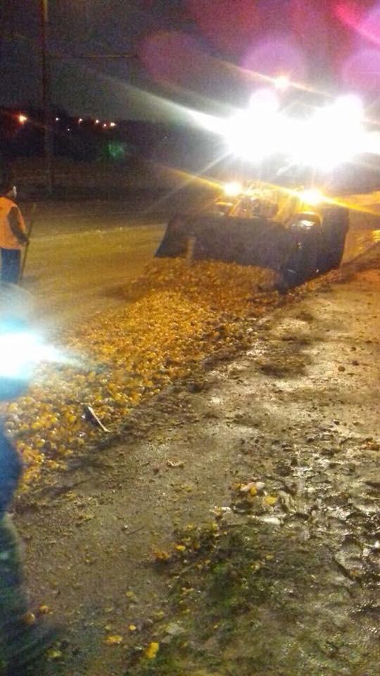 Früchte-Unfall: Mit Mandarinen beladener LKW in ukrainischer Stadt umgekippt