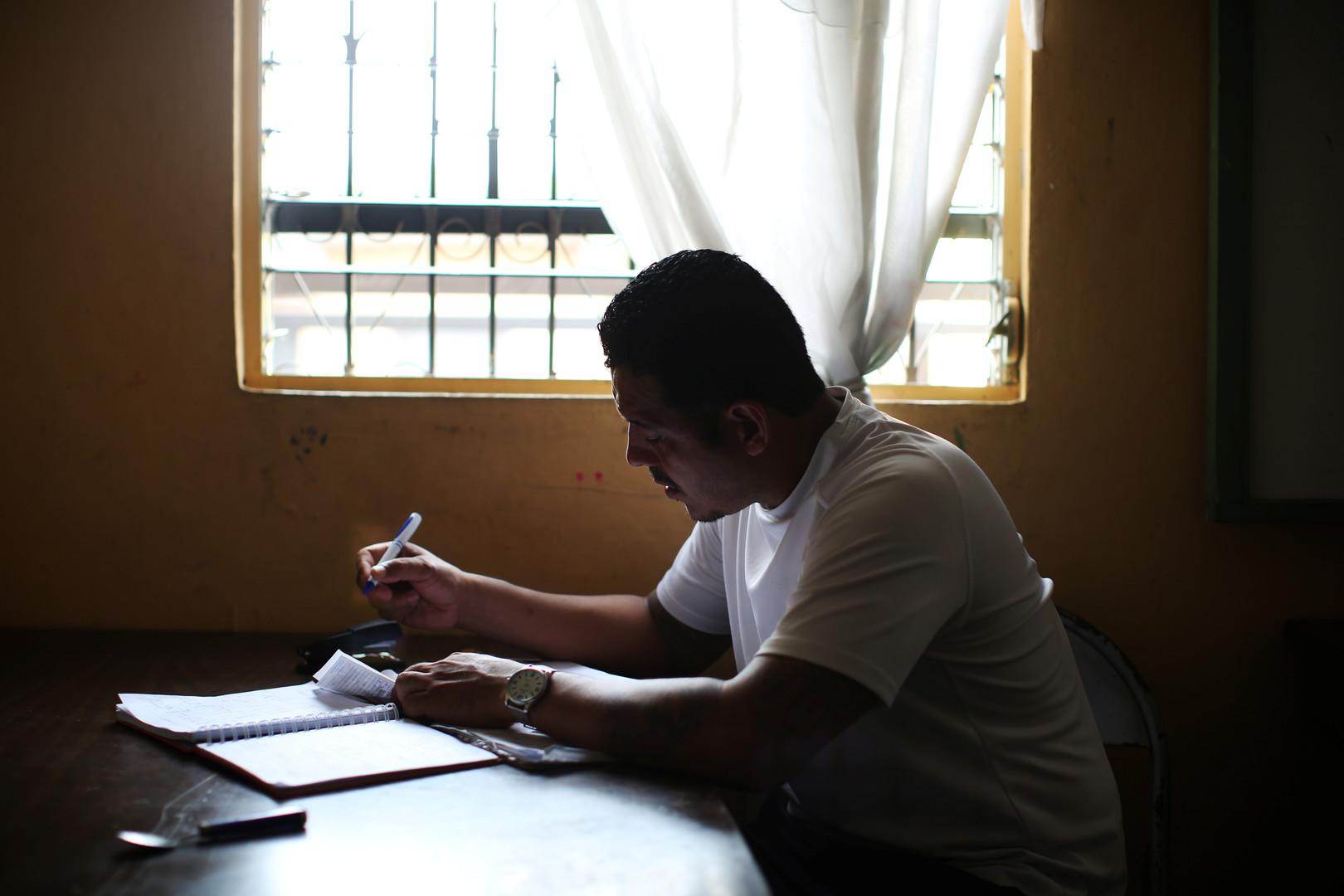 """Wilfredo Gomez, Mitglied der """"Huellas de Esperanza"""" (Spuren der Hoffnung) macht die Buchführung des Bäckereiprojekts in der Eben Ezer Kirche in San Salvador, El Salvador, 15. Dezember 2017."""