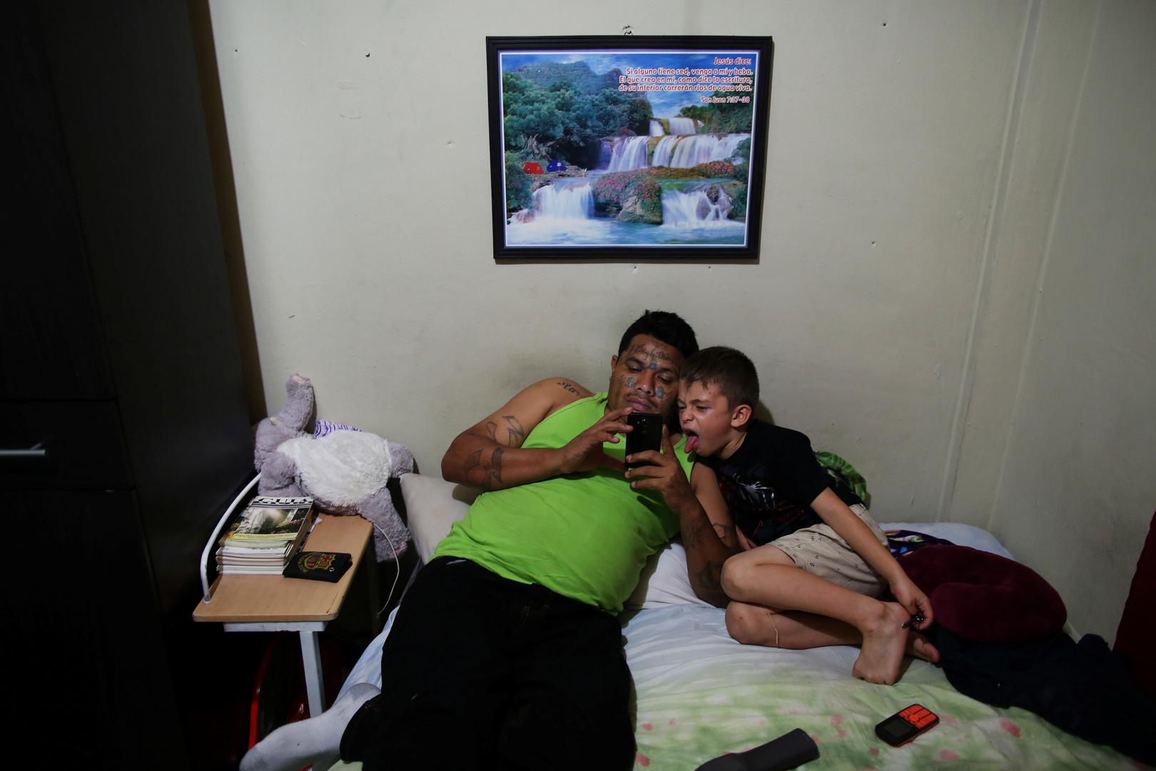 "Raul Valladares, Mitglied der ""Huellas de Esperanza"" (Spuren der Hoffnung), spricht mit seinem Sohn in San Salvador, El Salvador, 15. Dezember 2017."