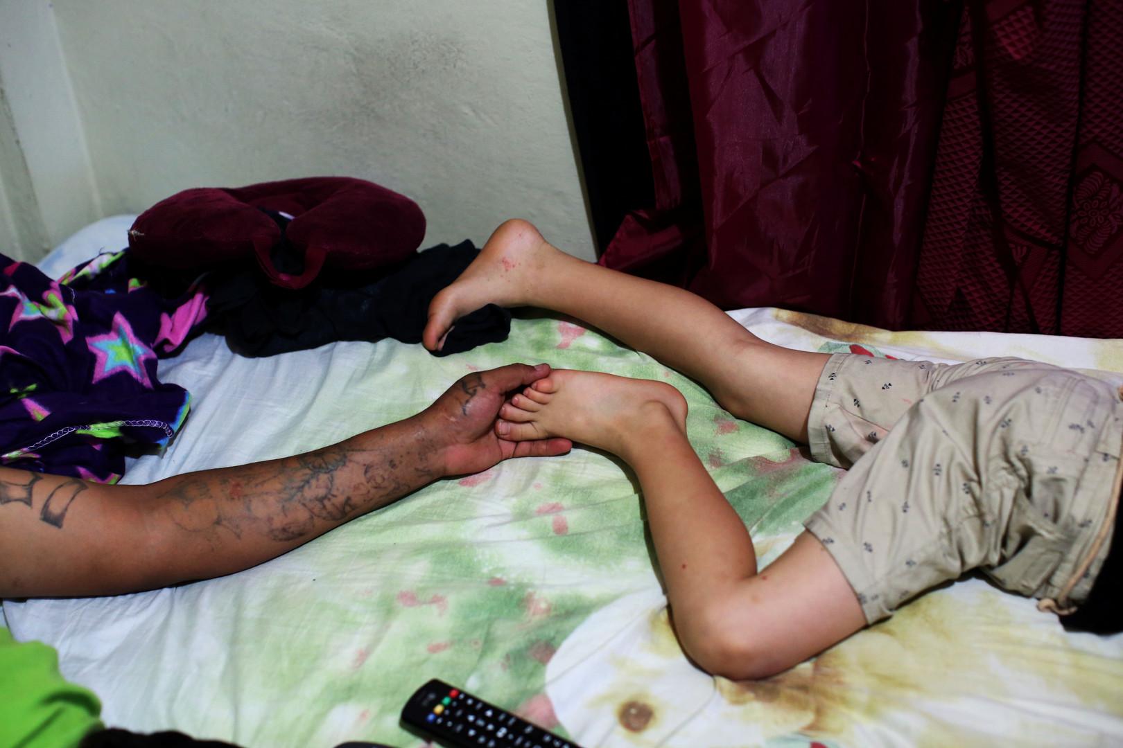 """Raul Valladares, Mitglied der """"Huellas de Esperanza"""" (Spuren der Hoffnung), mit seinem Sohn in San Salvador, El Salvador, 15. Dezember 2017."""