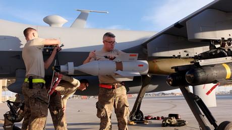 US-Soldaten montieren Waffen an einer  MQ-9 Reaper Drohne nach einem Einsatz in Kandahar, Afghanistan, 9. März 2016.