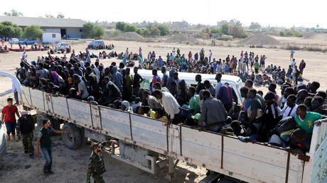 Migranten aus Zentralafrika vor dem Abtransport in ein Internierungslager in die libyschen Küstenstadt Sabrata. Nach jüngsten Berichten über Sklavenhandel erwägt Frankreichs Präsident nun eine Militäroperation.