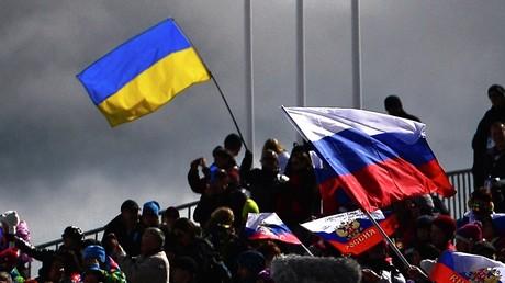 Russische und ukrainische Flaggen auf einem Stadion.