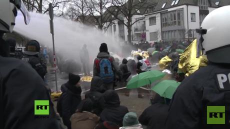 Bei der Auflösung von Blockaden setzte die Polizei auch Wasserwerfer gegen die Demonstranten ein