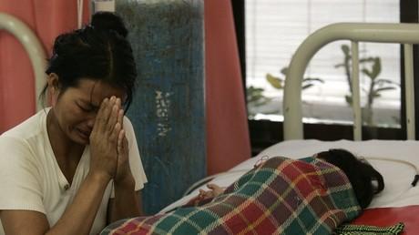 Eine Mutter betet am Bett ihres an Dengue-Fieber erkrankten Kindes in Phnom Penh, Kambodscha, 4. Juli 2007.