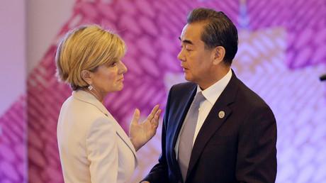 Der chinesische Außenminister Wang Yi mit der australischen Amtskollegin Julie Bishop bei der ASEAN-Konferenz in Manila, Philippinen, 7. August 2017.