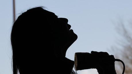 Eine Frau wird auf radioaktive Strahlung getestet, Fukushima, Japan, 28. März 2011.