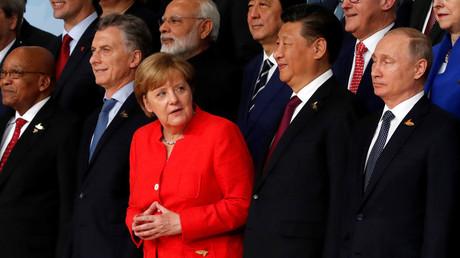 Die deutsche Bundeskanzlerin Angela Merkel, der chinesische Präsident Xi Jinping und der Präsident der Russischen Föderation, Wladimir Putin, mit anderen Staats- und Regierungschefs auf einem Familienfoto beim G20-Gipfel in Hamburg am 7. Juli 2017.