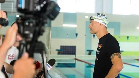 Der Extremschwimmer Marco Henrichs bei einer Pressekonferenz