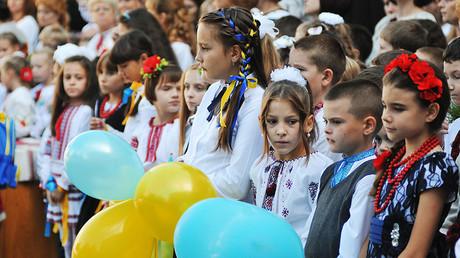 Schulkinder in der Ukraine bei der feierlichen Versammlung zum Tag des Wissens.