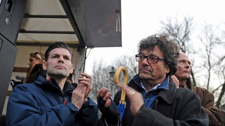 Ken Jebsen (l.) und der Abgeordnete der Linksfraktion und Liedermacher Dr. Dieter Dehm (r.) bei einer Veranstaltung des sogenannten
