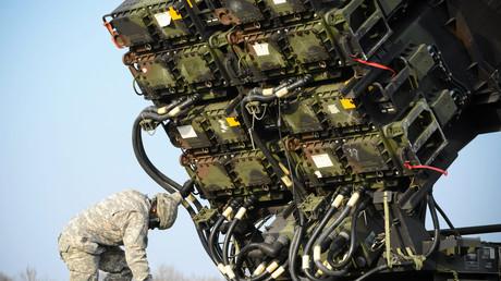 Ein US-amerikanischer Soldat untersucht eine Einheit des Flugabwehrraketen-Systems Patriot während einer polnisch-US-amerikanischen Übung in Sochaczew bei Warschau; Polen, 21. März 2015, Quelle: Reuters