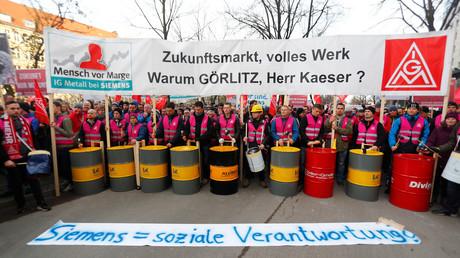 Siemens-Mitarbeiter und Vertreter der IG-Metall protestieren Ende November in Berlin gegen die Pläne der Konzern-Spitze