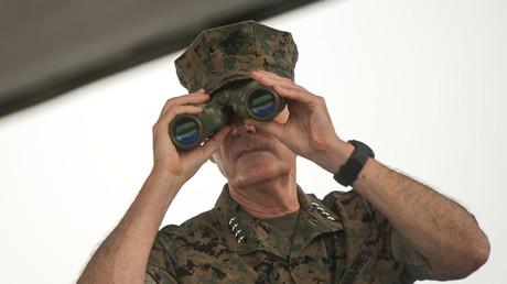Joseph Dunford, Vorsitzender des Vereinigten Generalstabs der US-Streitkräfte, hält Ausschau während einer Übung der chinesischen Armee im August.