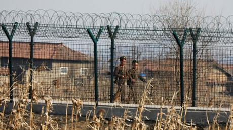 Nordkoreanische Soldaten patrouillieren an der Grenze nahe der nordkoreanischen Stadt Sinuiju, Nordkorea, 31. März 2017.