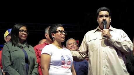 Der venezolanische Präsident Nicolas Maduro (r.) spricht zu Unterstützern nach der Wahl der neuen sozialistischen Bürgermeisterin von Libertador, Erika Farias, 11. Dezember 2017.