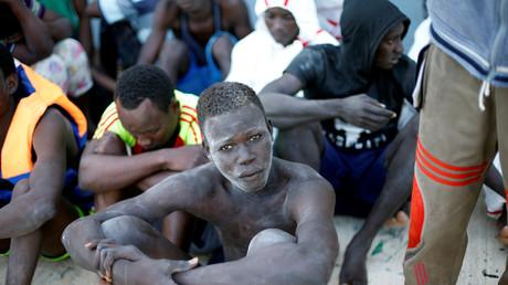 Migranten am Marinestützpunkt der libyschen Küstenwache in Tripoli im November 2017