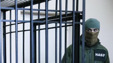 Ein Mitglied des Nationalen Antikorruptionsbüros der Ukraine bewacht den Käfig eines Angeklagten während einer Anhörung in Kiew (Ukraine, 21. April 2017, Quelle: Reuters)