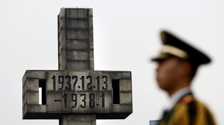 Ein chinesischer Wachmann vor der Gedenkstätte für die Opfer von Nanking, China, 13. Dezember 2012.