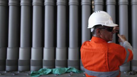 Ein Arbeiter vor einer Wasserpumpe für die Fracking-Industrie in der Nähe von Chinchilla, Brisbane, 31. Oktober 2011.