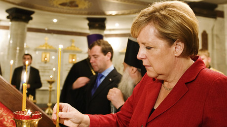 Angela Merkel entzündet eine Kerze in Yekaterinburg, Russland, 15. Juli 2010.