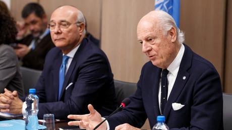 Der UN-Sonderbeauftragte für Syrien Staffan de Mistura und sein Stellvertreter Ramzy Ezzeldin Ramzy im Gespräch mit Bashar al-Jaafari teil, dem syrischen Chefunterhändler und Botschafter der Ständigen Vertretung Syriens bei der UNO, Genf, 13. Dezember 2017.