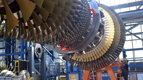 Symbolbild. Ein Siemens-Mitarbeiter montiert am 16. September 2016 in Berlin einen Rotor in eine Gasturbine.