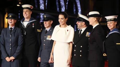 Symbolbild: Angelina Jolie bei einem Auftritt mit Angehörigen der britischen Armee in London