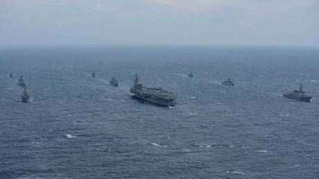 Der Flugzeugträger USS Ronald Reagan und der Arleigh Burke Zerstörer USS Stethem auf der Route zur koreanischen Halbinsel, 18. Oktober 2017.