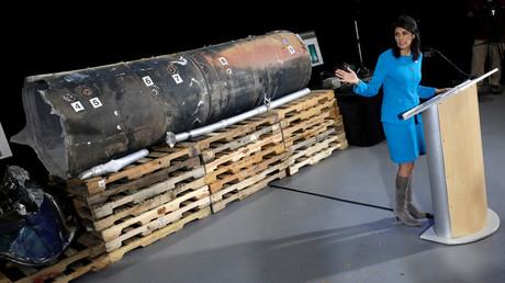 Nikki Haley legte Beweise iranischer Verletzung von UN-Resolutionen vor- im Hintergrund eine Metallröhre, bei der es sich um die Überreste einer Rakete handeln soll, die aus dem Iran stammt und von Huthi-Rebellen auf Saudi-Arabien abgeschossen wurde.