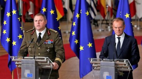 Der estnische General Riho Terras und der Präsident des EU-Rates Donald Tusk halten gemeinsam eine Rede zum Start des EU-Militärprogramms PESCO am 14. Dezember 2017 in Brüssel.
