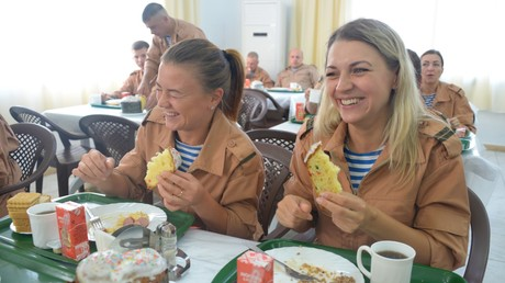 Russische Soldatinnen auf dem Luftwaffenstützpunkt Hmeimim, Ostern 2017, Syrien.