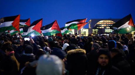 Demonstranten protestieren vor dem Kanzleramt in Berlin gegen die Entscheidung von US-Präsident Donald Trump, Jerusalem als Haiptstadt Israels anzuerkennen.