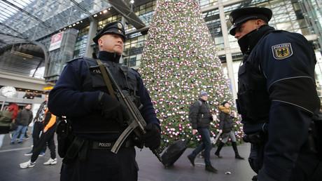 In Hannover scheinen die Polizisten den Finger etwas zu locker am Abzug  ihrer MP 5 zu halten - Symbolbild
