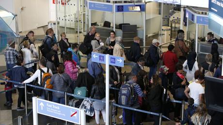 Passkontrolle am Münchener Flughafen, Deutschland, 27. April 2016.