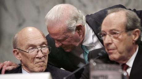 Der ehemalige US-Verteidigungsminister William J. Perry (R) zusammen mit dem ehemaligen US-Außenminister James Baker (M) und dem ehemaligen US-Senator Alan K. Simpson (L).