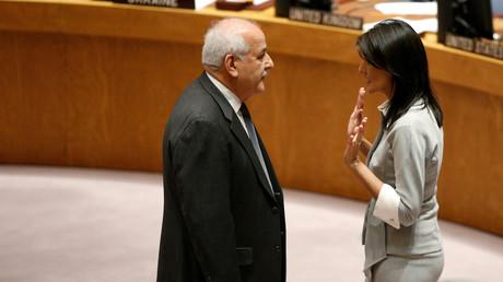 Nikki Haley neben dem palästinensischen Botschafter bei der UN, Riyad Mansour, New York, USA, 8. Dezember 2017.