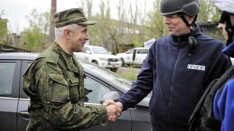 So ein Händeschütteln könnte jetzt der Vergangenheit angehören: Der Chef der russischen Vertretung beim Gemeinsamen Zentrum für Kontrolle und Koordinierung der Waffenruhe im Donbass, General-Major Rustam Muradow (L.), und der stellv. Leiter der OSZE-Mission, Alexander Hug, am 16. April 2016.