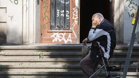 In Deutschland gilt eine Person - statistisch betrachtet - als arm, wenn sie weniger als 930 Euro verdient, dies entspricht 60 Prozent des Medianeinkommens.