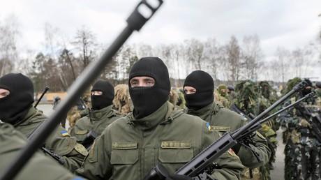 Soldaten der ukrainischen Nationalgarde bei der feierlichen Eröffnung eines Trainingscenters für Scharfschützen bei Kiew am 18. März 2016.